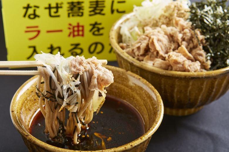 なぜ蕎麦にラー油を入れるのか。新橋店